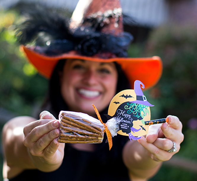 Witch Pretzel Broomstick Treat Idea, witch printable, pretzel broomstick, halloween gift, halloween, halloween treat