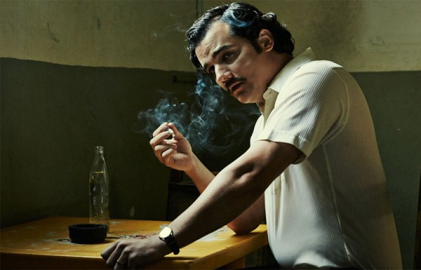 wagner_moura_est_pablo_escobar_dans_narcos_2565_jpeg_north_780x_white