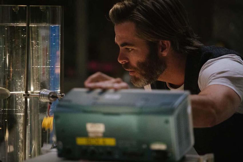 Dr. Alex Murry (Chris Pine) dans son laboratoire