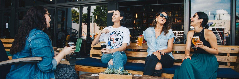 Vrouwen op een terras
