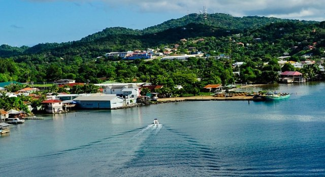 Plan to Visit the city of Roatán with United Airlines