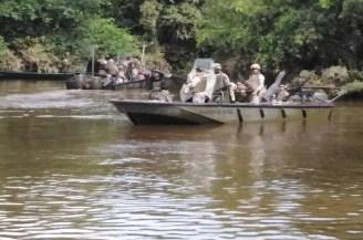 Fuerza Naval del Sur en embarcación piraña
