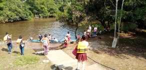 Estudiantes a orillas del río