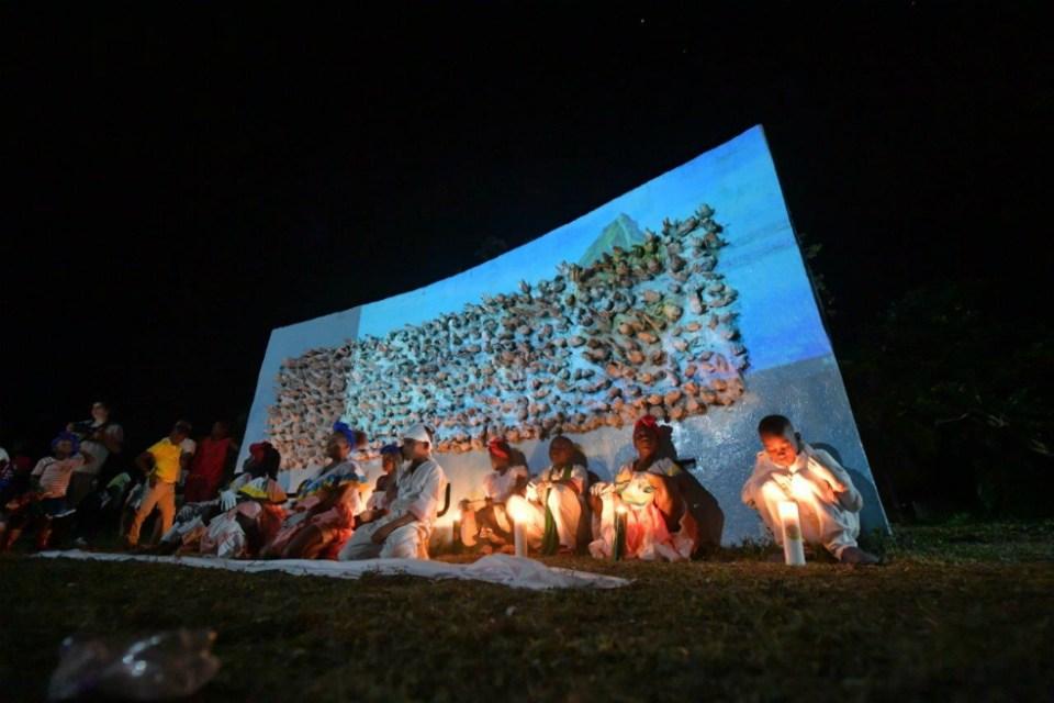 En el monumento de memoria de la comunidad de Nueva Vida se dan las gracias a las manos amigas que ayudaron a construir el lugar. Jose Vargas