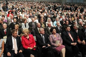 Klaus Iohannis participând la lucrările Uniunii Asociaţiilor Etnicilor Germani Expatriaţi, alături de Erika Steinbach, preşedinta acestei organizaţii, acuzată de nazism de către polonezi. (Foto: Rainer Lehni)