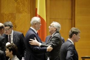Presedintele Comisiei Europene, Jean Claude Juncker (centru dreapta) este intampinat de fostul premier, Adrian Nastase, joi 11 Mai 2017, la Palatul Parlamentului din Bucuresti, inaintea discursului pe care oficialul european, aflat in vizita in Romania, il va sustine in fata plenului reunit al celor doua camere parlamentare. ANDREEA ALEXANDRU/MEDIAFAX FOTO