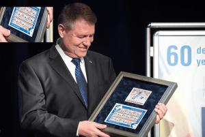 """Klaus Werner Iohannis la Gala Aniversară """"60 de ani de la aderarea României la Organizaţia Naţiunilor Unite"""". Interesant ca pe diploma primită de președinte apare numărul satanic 666."""