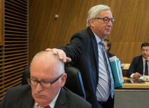 Claude Juncker și chelia lui Timmermans, ca-n flimele cu Benny Hill.