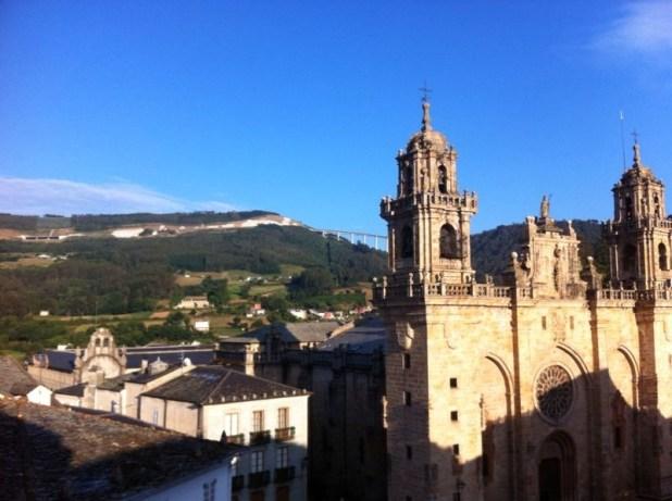 Catedral de Mondoñedo con el Padornerlo al fondo