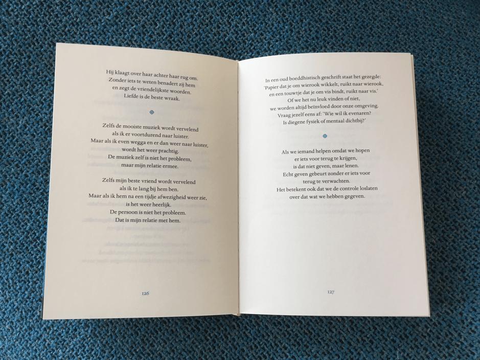 De omslag en de binnenkant van het boek 'Dingen die je alleen ziet als je er de tijd voor neemt'