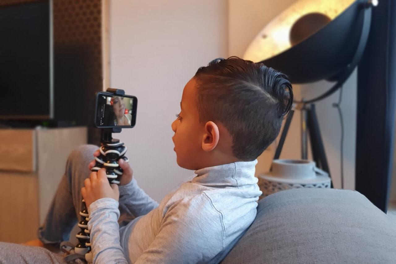 vloggend kind met telefoonhoedje