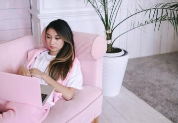 vrouw op bank met laptop
