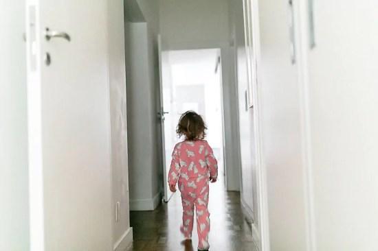 """Menina de São Paulo andando pelos corredores de sua casa - Imagem de Mika Amanto, do projeto """"A day in the life of..."""", que mostra cotidianos de famílias pelo mundo."""