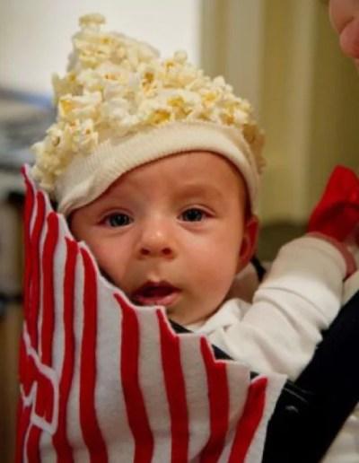 Bebê fantasiado de saco de pipoca