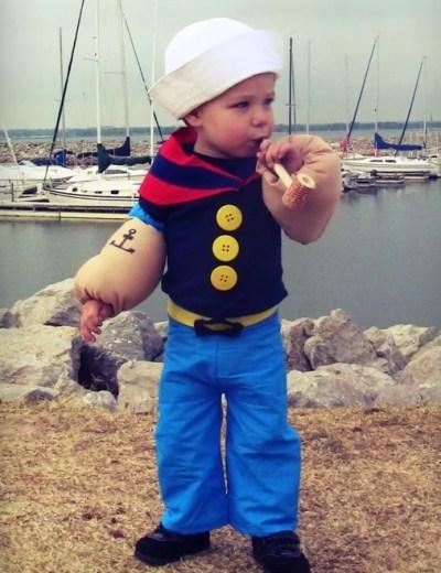 Menino com fantasia do marinheiro Popeye