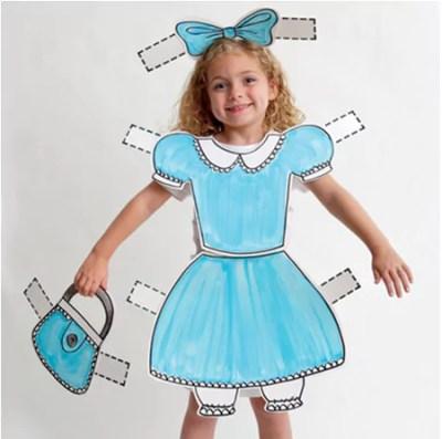 Menina fantasiada de boneca