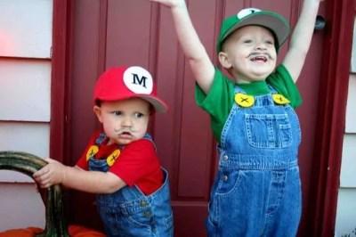 Meninos fantasiados de Luigi e Mario