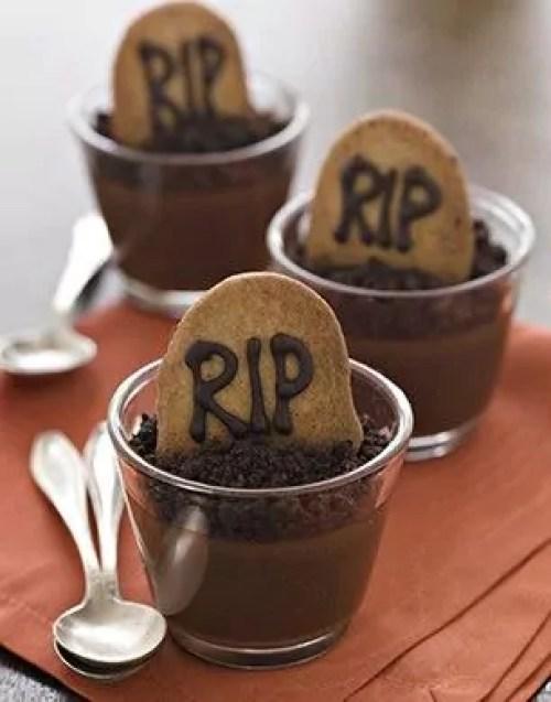 Mousse de chocolate com biscoito escrito RIP