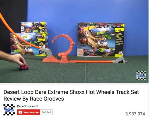 Abrir brinquedos no Youtube - Just Real Moms