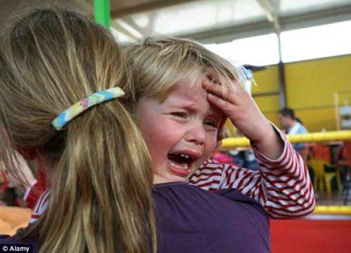 Quando a criança cai e bate a cabeça. Em que momento devemos nos preocupar? - Just Real Moms