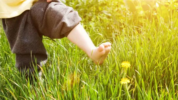 Por que deveriamos deixar as crianças andarem descalças com mais frequência?