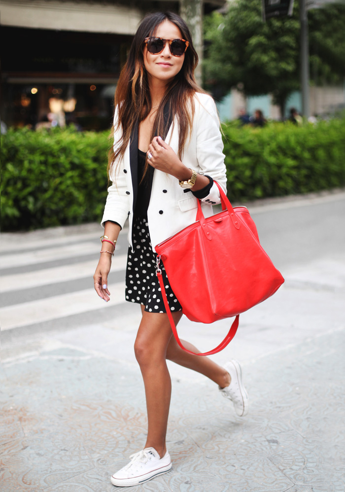 What to wear with white Converse: You can wear your white Converse as part of a casual black and white look. Add a splash of colour with your bag to complete your outfit. Via Julie Sarinana