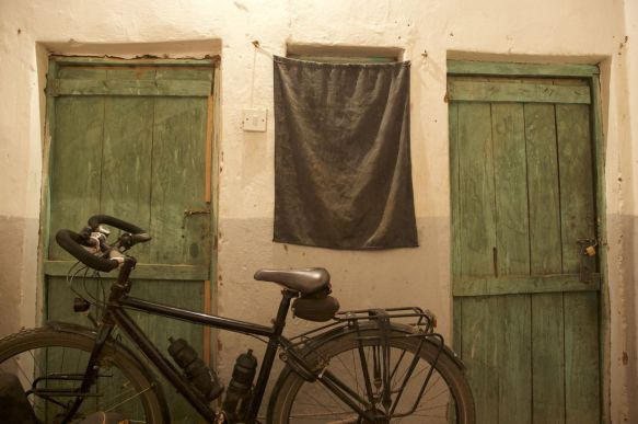 De fietsen pasten nog net naast het bed
