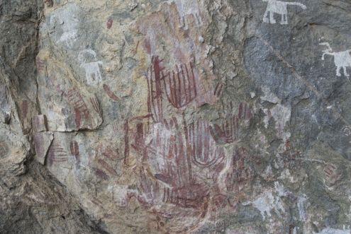 Rood = ± 10.000 jaar oud, wit = daar zo'n 2000 jaar geleden overheen gezet