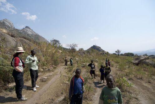 De gids met de groep kinderen die de berg mee op renden (terwijl wij puften en hijgden)