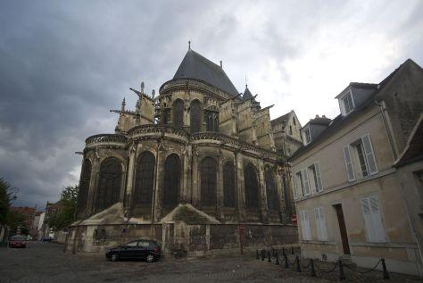 Op en top Frankrijk: een kerk voor dreigende regenwolken...