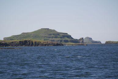 De Tresnish Isles is een eilandengroep waarvan Lunga de grootste is. Op weg naar Lunga zien we de andere, af en toe vreemd gevormde eilandjes ook.