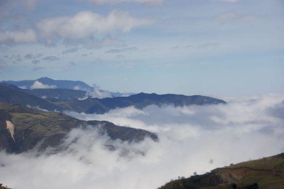 neerkijkend op de wolken vanuit de bus