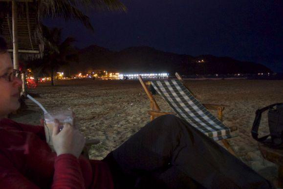 met een cocktail op het strand van Puerto Lopez