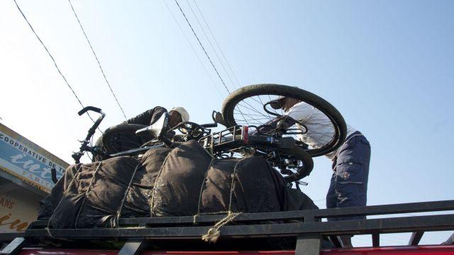 de fietsen boven op de taxi brousse in Madagascar, dit was gepland, maar het voelt als falen dat we daarna niet weer op de fiets stappen