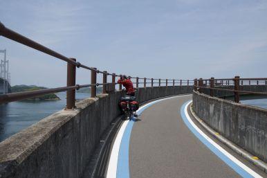 Een oprit de brug op bij de Shimanami Kaido