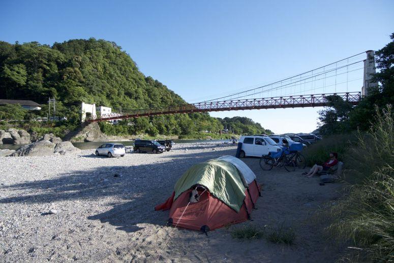 Als je de camping niet kunt vinden, dan kampeer je toch bij de Mino brug? 's Middags is het nog heel druk, 's nachts zijn we de enigen.