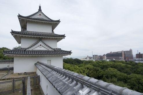 Japan in een notendop: mooie oude gebouwen, lelijke nieuwe, zeer groene bomen en een indrukwekkende brug....