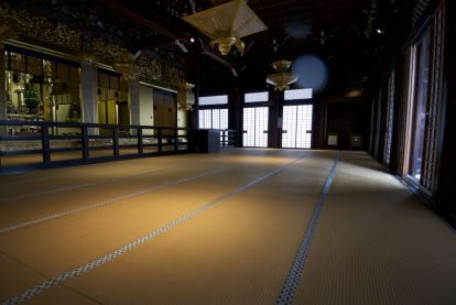 Contrast tussen de Japnse tatami stijl en het opulente heiligdom.