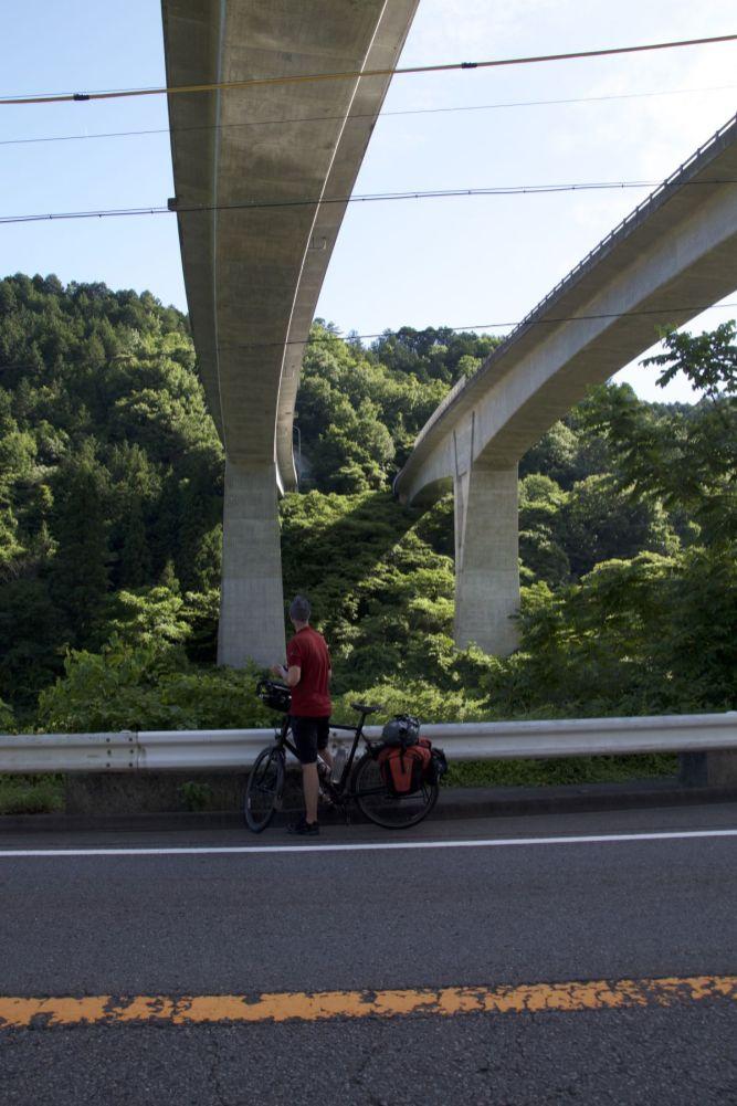 tunnels, bruggen, viaducten, Japan gebruikt een hoop beton!