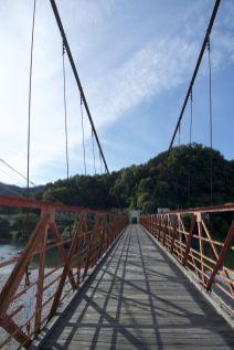 Het enigszins gammel ogende bruggetje over weg van onze 'camping'