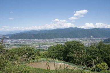 Neerkijkend op grote stad Nagano.