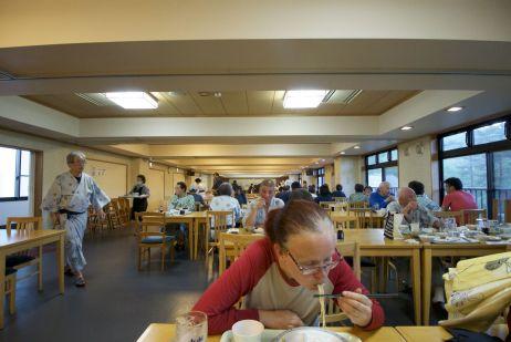 Stinkend, uitgeput en hongerig vallen we aan op het heerlijke buffet in een eetzaal vol Japanners in yukata.