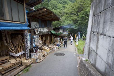 Het straatje naar de waterval is heel anders dan wat we tot nu toe tegengekomen zijn in Japan. Dit doet opeens meer derdewereld aan.