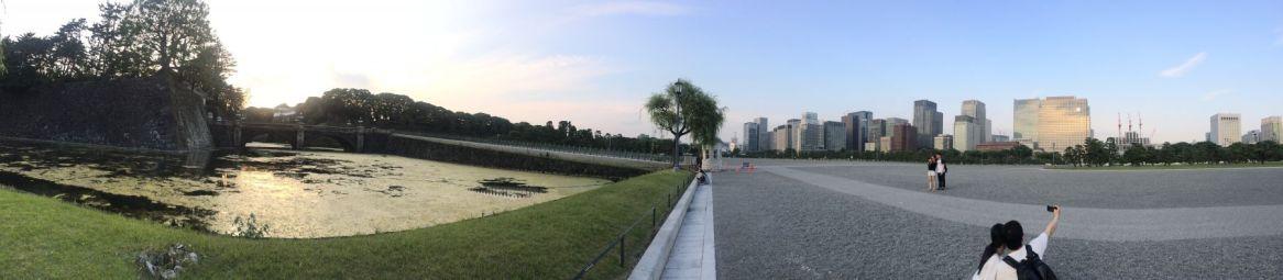 De panorama lijkt wel twee werelden aan elkaar geplakt.