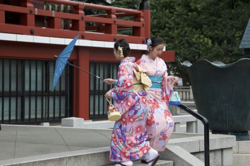 Om de beurt met het parasolletje voor de tempel staan om gefotografeerd te worden.