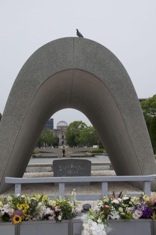 Monument in het Peace park, speciaal voor de foto landde er een duif op.