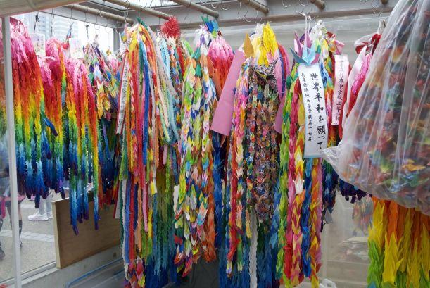 Het kindermonument in Hiroshima maakt veel indruk door de duizenden kleurige papieren kraanvogels.