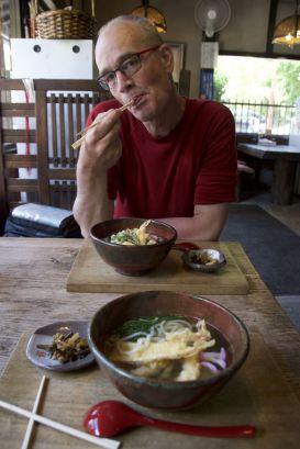 Udon noodles met tempura.