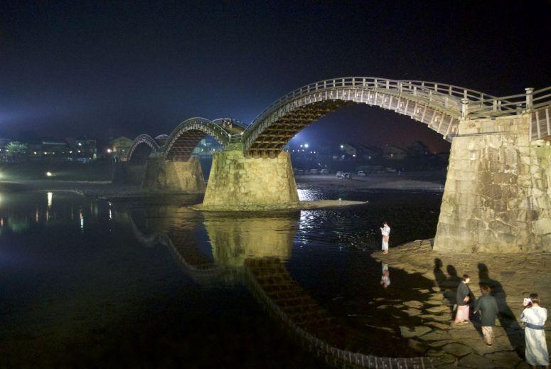 Kintaikyo brug in Iwakuni is een heel ander soort brug dan de vele betonnen en stalen kolossen die we tegen zijn gekomen.