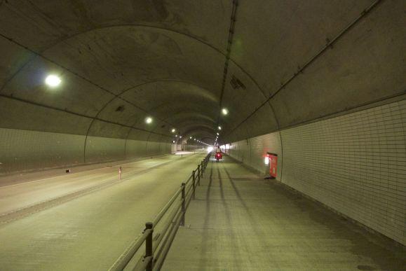 Als het verkeer niet zo'n herrie zou maken en de uitlaatgassen niet zo stonken, dan zou het fietsen door tunnels best iets rustgevends hebben.